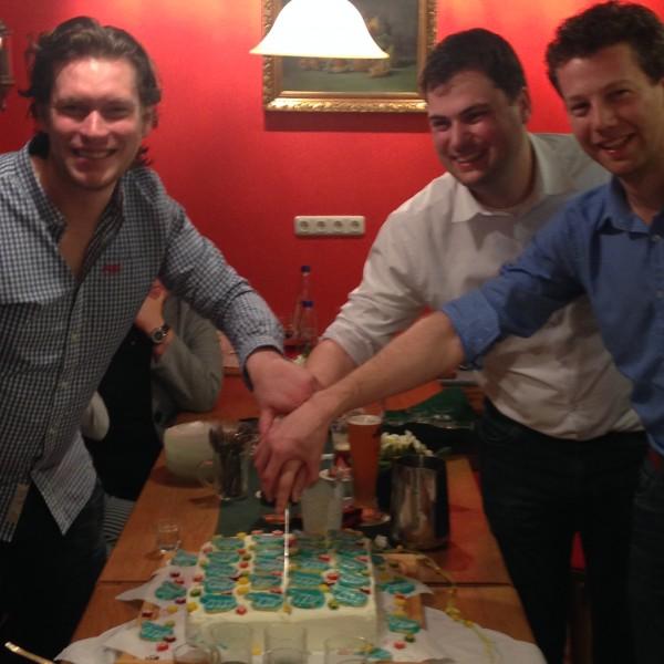 Die drei gewählten Stadträte Tobias Beer, Alexander Schweikl und Florian Mock schneiden bei der Wahlkampfabschlussparty in der Weinstube Kanzler die Torte an.